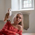 Model Faye met uil in kerkje Ginnum