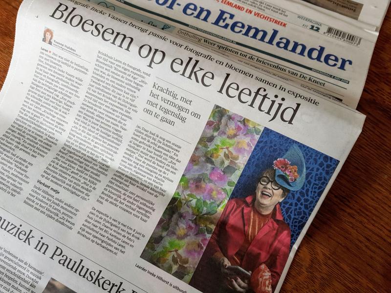 Gooi-en Eemlander redactioneel over Blossom of Age expositie met Ineke Hilhorst op de foto