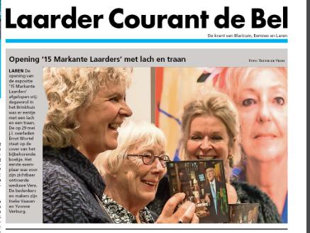 De vrouw van Ernst Wortel mocht het eerste exemplaar in ontvangst nemen van het boekje Markante Laarders