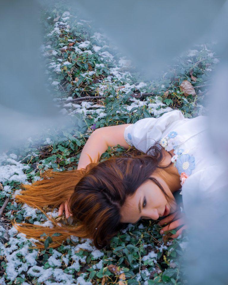 Model Valeriia in de sneeuw door gebroken glas