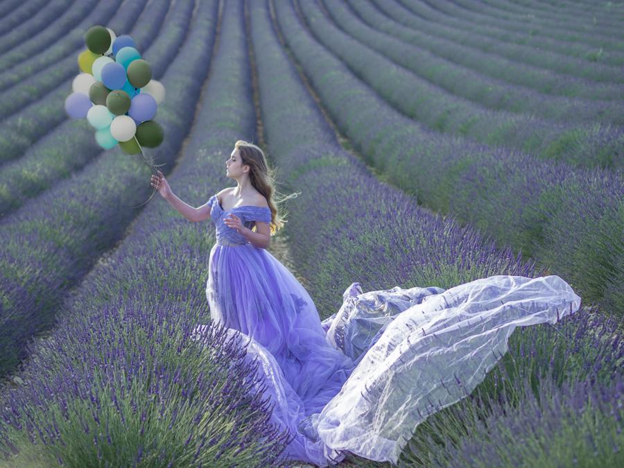 Model Sasha met balonnenin lavendelveld