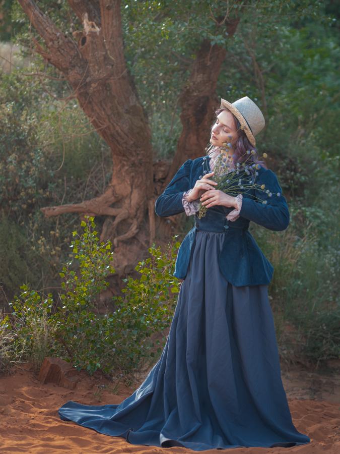 Model Anna met bloemen en hoed in de Provence