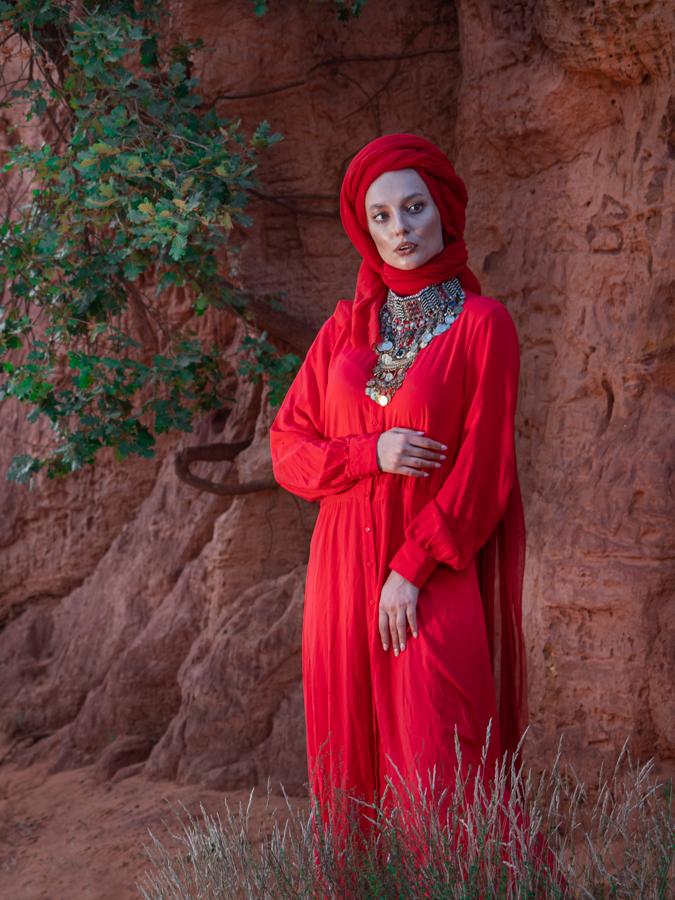 Model Nasty in rode kleding in de Franse Canyon