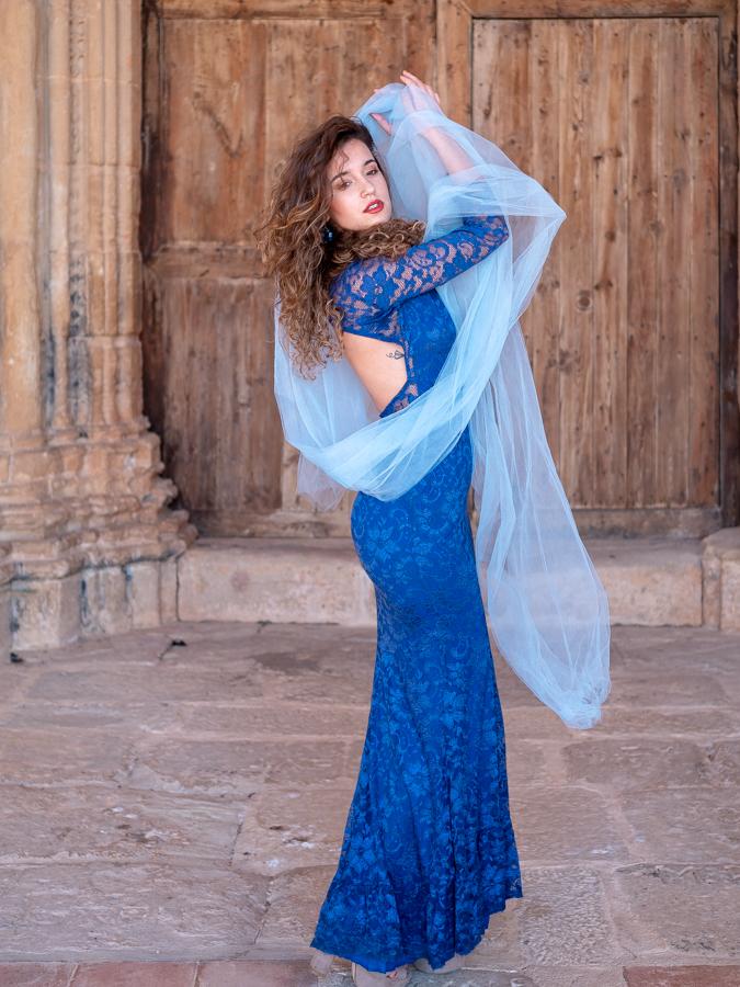 Model in blauw op locatie in Spanje (Horta)