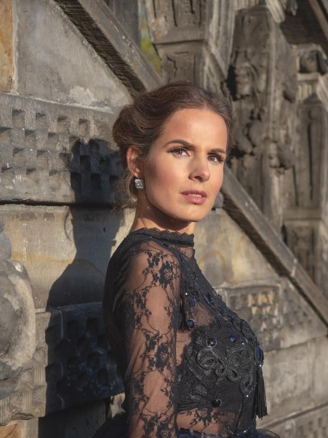 Portret op locatie - Jacomijn blauwe jurk in Gouda