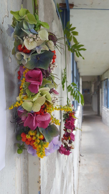 Bloemdecoratie op wisteria met hortensia, solidago, bessen
