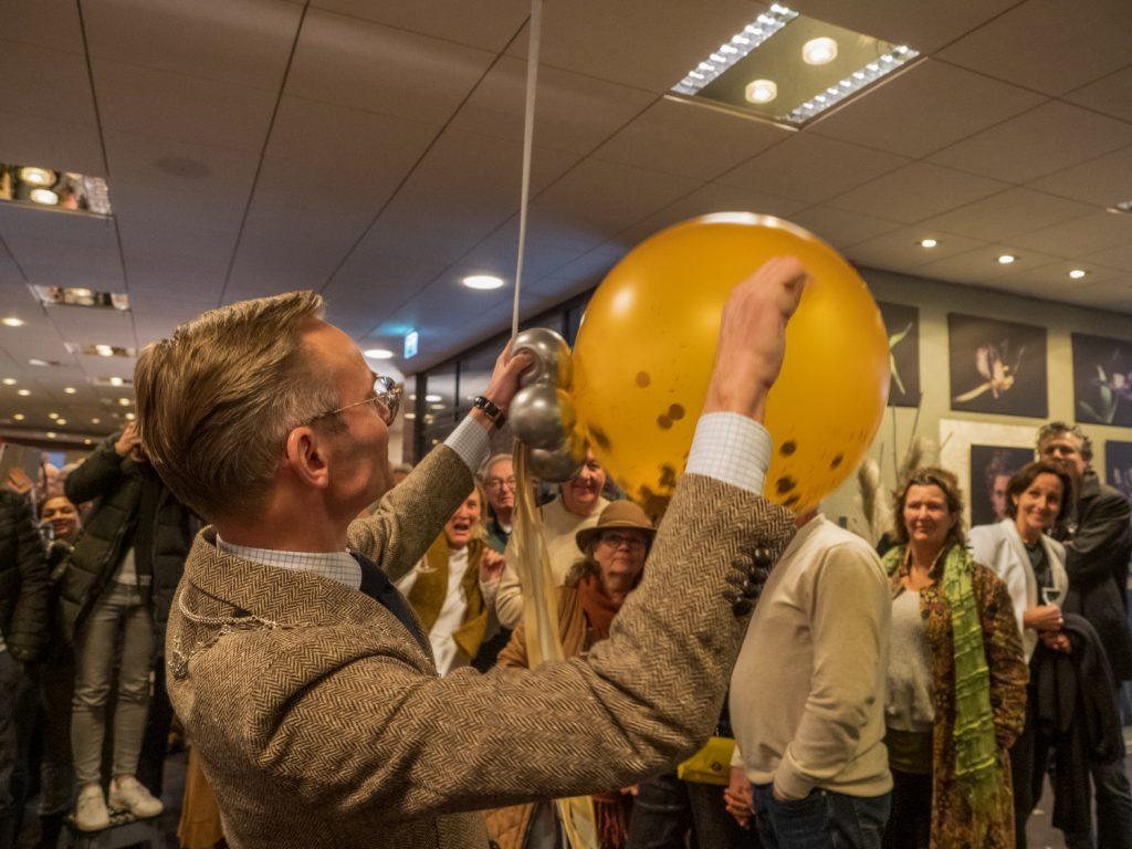 """Burgemeester Nanning Mol opent de expositie """"Door de bank genomen"""""""
