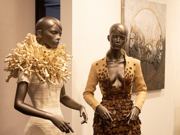 Fashion van designer Tim Dekkers op de expositie Doordebankgenomen