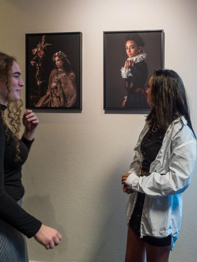 De modellen bij de portretten van Flora en Oopjen anno 2019, op de fotoexpositie van Ineke Vaasen tijdens de Door de bank genomen - Kunstwerk in uitvoering expositie in Laren NH