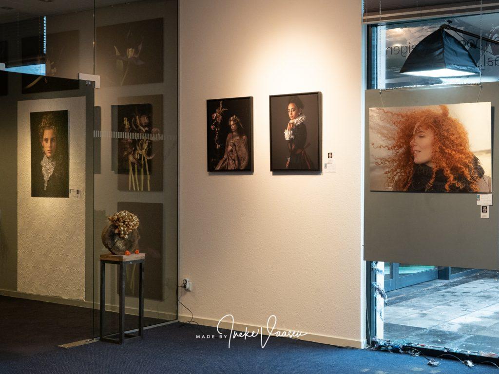 Fotoexpositie van Ineke Vaasen met portretten op de expositie Door de bank genomen in Laren NH in het voormalige Rabo pand