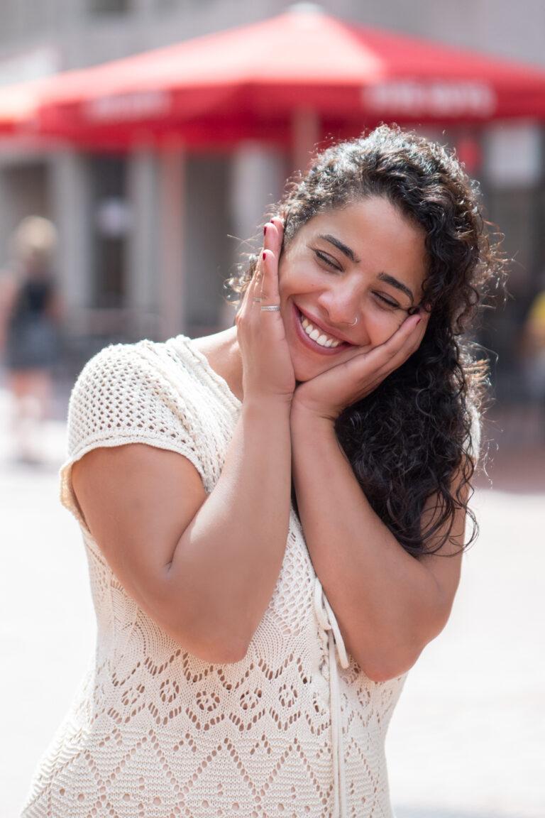 Portret Amina die ongemakkelijk boor de camera stond maar waarbij we het toch voor elkaar kregen om haar blij en spontaan te fotograferen,