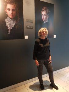InekeVJ in Novotel Amsterdam Schiphol bij expositie van haar foto portretten