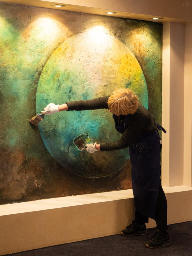 Karen bij haar werk op de DoordebankLaren I expositie
