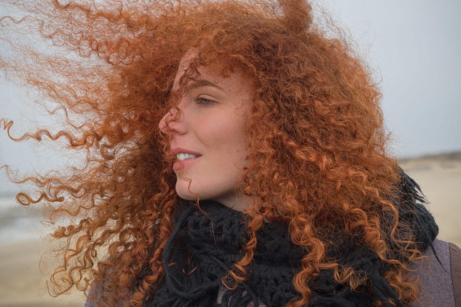 Model Myrna at Sea, met rode haren in de wind
