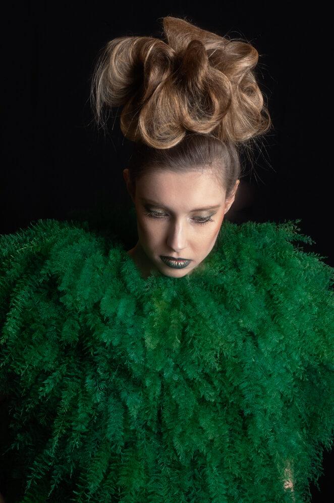 Model Anna met kleding van ontwerper Tim Dekkers met plantaardig materiaal (gevriesdroogde varens). Haar en Make-up door Corine Steeman